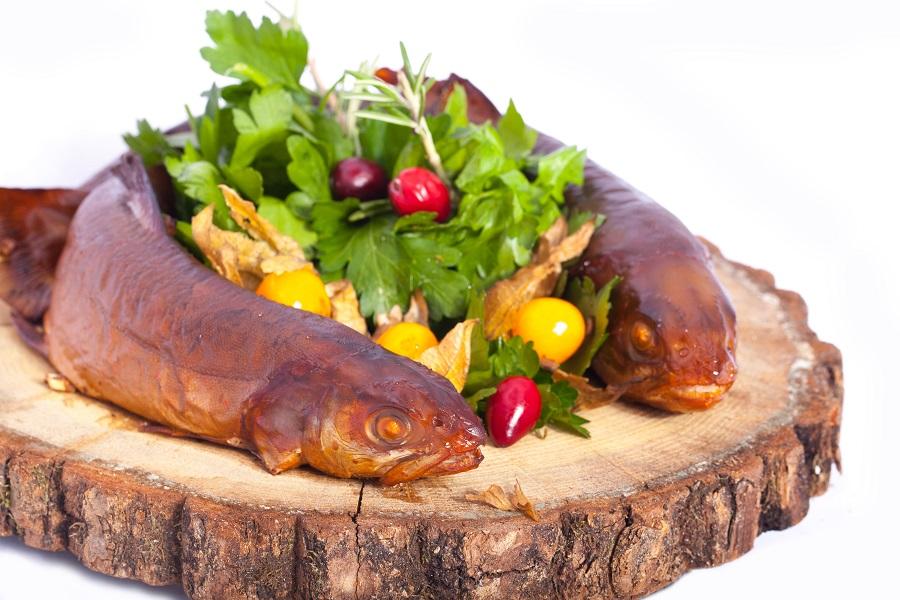 Griliuje keptas rūkytas arkties polis patiekiamas su rokolos salotomis ir dumplainiais
