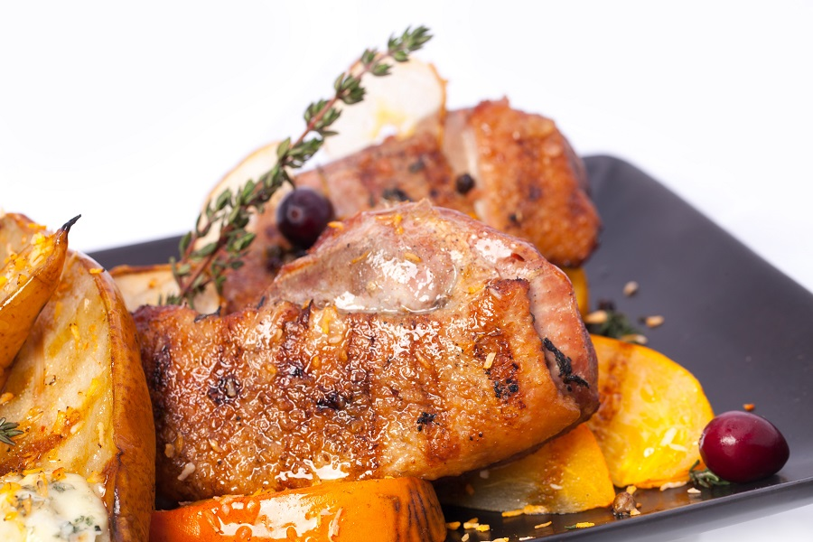 Griliuje keptos antienos filė marinuota prieskoninėmis žolelėmis, pateikiama su keptomis, karamelizuotomis kriaušių puselėmis, įdarytomis pelėsiniu sūriu