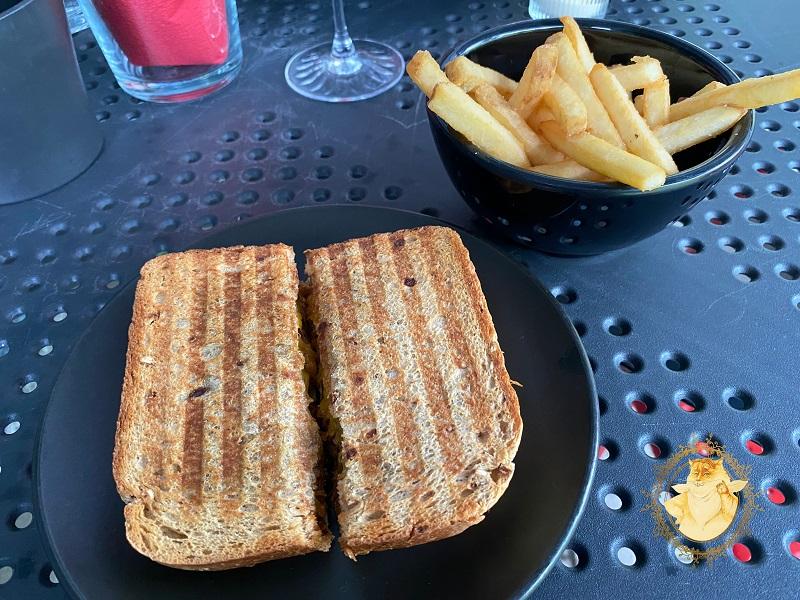 Salyklinės duonos sumuštinis su plėšyta kiauliena – 6,50€