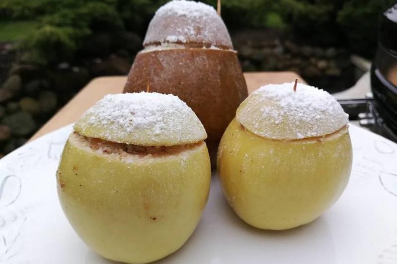 Pats lengviausias desertas: kepti obuoliai ir kriaušės su įdaru
