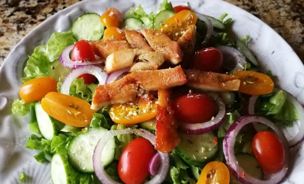 Lengvai pagaminamos spalvingos ir gardžios daržovių salotos su vištiena